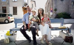 Feurs, le 26 mai 2007. Francis Gruzelle pose avec Nathalie Gettliffe et leurs deux enfants.