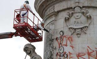 Des agents nettoient la statut de la place de la République à Paris, le 8 août 2016.