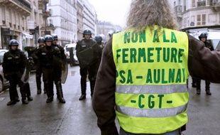 """Deux cents grévistes de l'usine PSA d'Aulnay-sous-Bois, paralysée depuis cinq semaines par une grève, ont pénétré mercredi sur le site d'un sous-traitant dans le Val-d'Oise afin de """"maintenir la pression"""" sur la direction."""