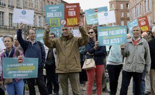 Des militants anti-euthanasie manifestent à l'appel du collectif 'Soulager mais pas tuer', devant la préfecture de Toulouse, le 3 octobre 2015