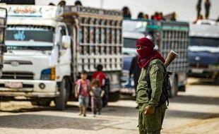 Un garde et des enfants dans le camp kurde d'Al-Hol en Syrie, le 28 octobre 2020.