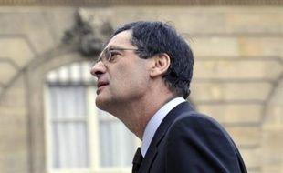 Une prime exceptionnelle de 200 euros pour les titulaires du RMI et une aide à l'embauche dans les petites entreprises figurent parmi les premières mesures du plan de relance de 26 milliards qui ont été instituées par décret, a indiqué lundi Patrick Devedjian.
