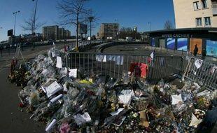 Des fleurs et des bougies devant l'Hyper Casher de la porte de Vincennes à Paris, en hommage aux victimes de l'attentat mené par Amédy Coulibaly