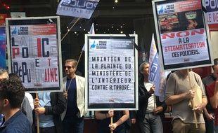 Les policiers du syndicat Unité SGP Police-FO ont manifesté jeudi devant le siège de la France Insoumise
