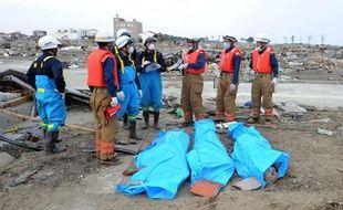 Des victimes découvertes dans des décombres, dans des sacs mortuaires, à Natori City dans la préfecture de Miyagi le 14 mars 2011.