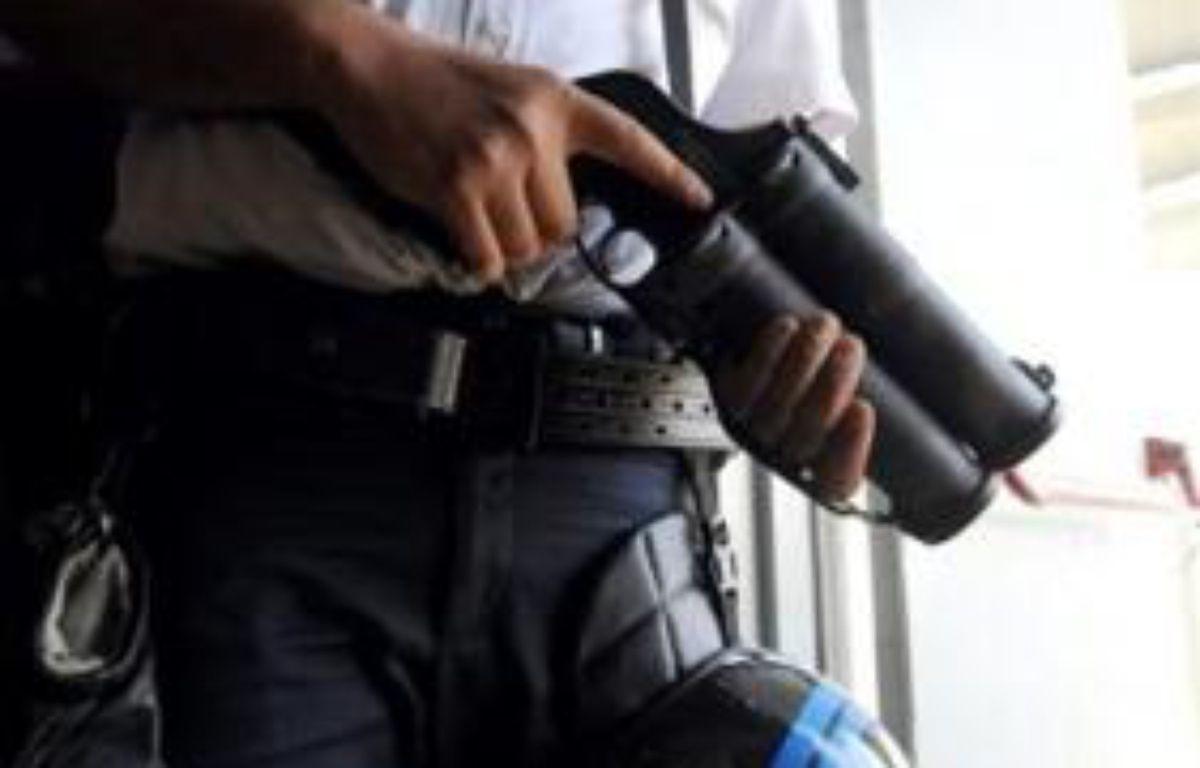 Des policiers des Unités territoriales de quartier (Uteq) ont été visés lundi en fin d'après-midi à Saint-Denis (Seine-Saint-Denis) par des jets de cocktails Molotov, sans être blessés, et cinq jeunes ont été interpellés, a-t-on appris mardi de source policière. – Remy Gabalda AFP/Archives
