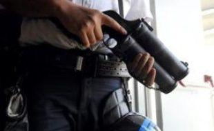 Des policiers des Unités territoriales de quartier (Uteq) ont été visés lundi en fin d'après-midi à Saint-Denis (Seine-Saint-Denis) par des jets de cocktails Molotov, sans être blessés, et cinq jeunes ont été interpellés, a-t-on appris mardi de source policière.