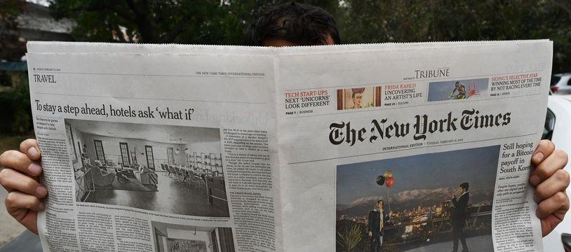 Image d'archive. Un homme lit le «New York Times» à Islamabad (Pakistan), en février 2019.