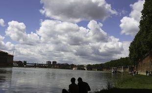 Toulouse,le 20 mai 2013. Le long des berges de la Garonne sous le pont Neuf.