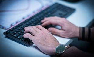 Les pédophiles peuvent regarder un enfant se faire agresser en direct sur internet (illustration).