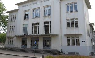Lyon, le 22 Juin 2014 Depuis la mise en place de la nouvelle municipalite, le centre Theo Argence de Saint-Priest a quasiment la totalite de sa programmation annulee. La mairie souhaite des spectacles plus populaires.
