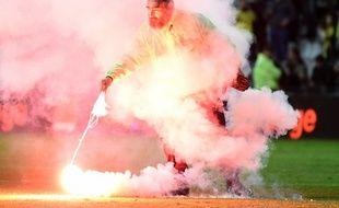 Un des fumigènes balancés sur la pelouse en fin de match.