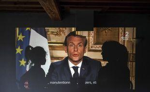 Une famille française regarde l'allocution télévisée d'Emmanuel Macron, à Lyon le 13 avril 2020.