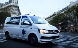 Illustration d'une ambulance Boulevard de l'Hopital à Paris le 24 avril 2018