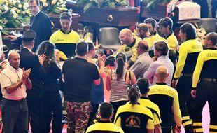 Les pompiers ont été applaudi lors de l'hommage aux victimes du pont effondré à Gênes le 18 août 2018.