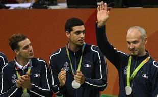 Thierry Omeyer (à droite) reçoit sa médaille d'argent des JO de Rio le 21 août 2016.