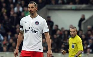 L'attaquant du PSG Zlatan Ibrahimovic, sous le regard de l'arbitre Lionel Jaffredo, face à Bordeaux, le 15 mars 2015 au stade Chaban-Delmas