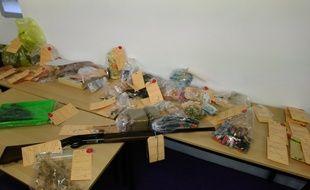 Lors des perquisitions, de la drogue, de l'argent liquide et une arme ont été saisis.