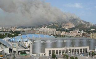 Des militaires seraient à l'origine de l'incendie qui s'est déclaré aux portes de Marseille le 22 juillet 2009. Photo postée par un internaute.