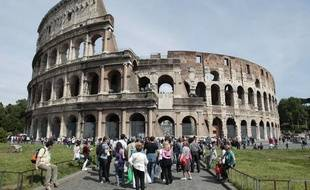 Touristes devant le Colisée à Rome en Italie.