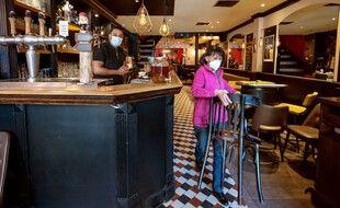 Les deniers coups d'éponge sont en train d 'être passés dans les bars et restaurants français qui rouvrent leurs salles mercredi 9 juin. (illustration)