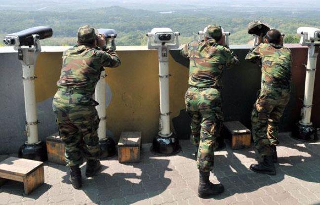 Des soldats sud-coréens observent la Corée du Nord d'un poste situé près d'une zone démilitarisée entre les deux pays, le 27 mai 2009.