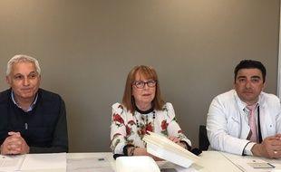 Béatrice de François, présidente du Sivom Haut-Médoc, présente les barquettes 100% fibres végétales qui équiperont les cantines de six communes de la banlieue de Bordeaux.