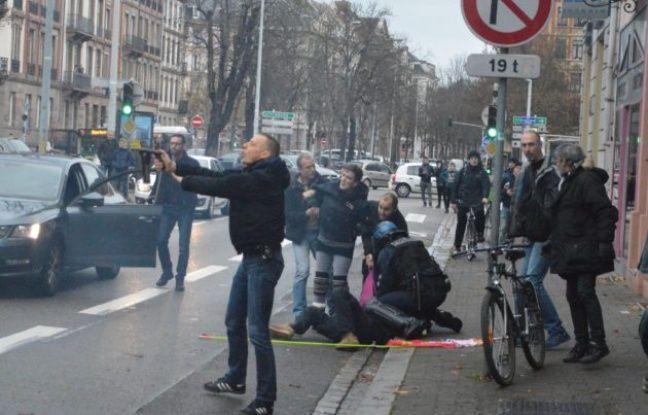 La photo du policier brandissant son contenur lacrymogène à Strasbourg, le 7 décembre, prise par un journaliste de Rue89 Strasbourg.