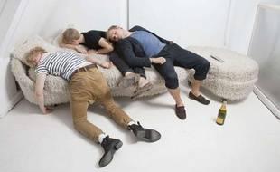 Ivres, ils s'endorment sur un ours polaire, croyant qu'il s'agit d'un canapé