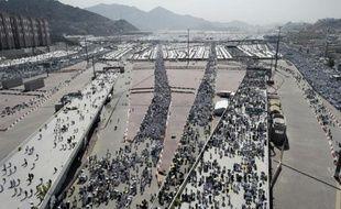 Des pélerins arrivent à Mina, près de La Mecque, pour accomplir le rituel de lapidation de Satan, le 24 septembre 2015