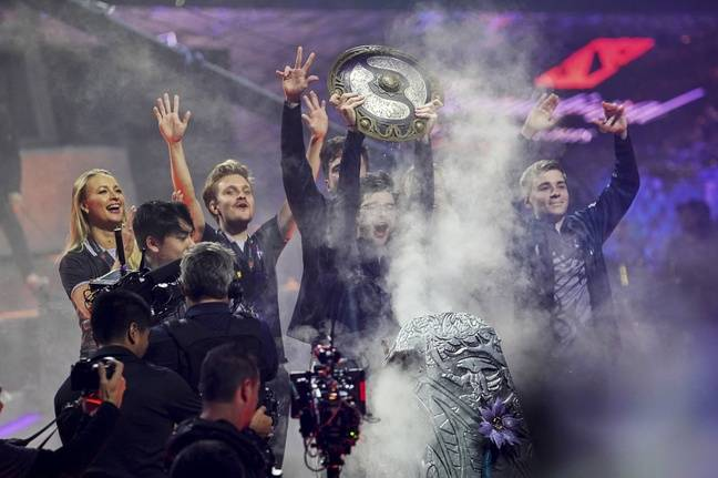 Ceb lève le trophée de The International au milieu de son équipe