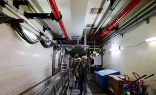 Des employés du chantier de l'EPR de Flamanville à l'intérieur de la structure, en 2016.