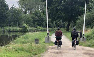 Depuis le début de la crise sanitaire, les chemins de halage sont pris d'assaut par les cyclistes, comme ici le long du canal d'Ille-et-Rance.