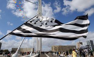 Illustration d'un gwenn ha du, drapeau breton, lors d'une manifestation à Nantes.