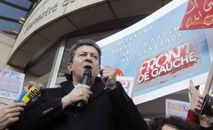 Le candidat du Front de Gauche, Jean-Luc Mélenchon, a dénoncé vendredi les ravages de la finance et le lancement d'un nouveau contrat à terme sur la dette française, devant l'Autorité des marchés financiers (AMF) avec une poignée de militants.
