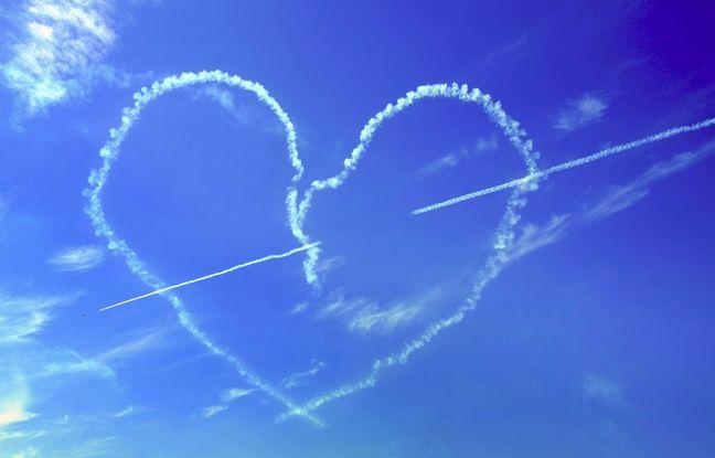 Illustration d'un coeur réalisé par des avions à l'occasion de la Saint-Valentin.
