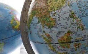 Un globe en vente dans une librairie de Pékin en juin 2016 représente la Mer de Chine méridionale avec le tracé des frontières défendu par les autorités chinoises