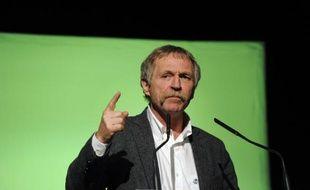 """Les huit """"faucheurs volontaires"""", dont l'eurodéputé EELV José Bové, relaxés en première instance mais condamnés jeudi en appel à Poitiers pour le fauchage de deux parcelles de maïs OGM Monsanto en 2008, vont se pourvoir en cassation"""