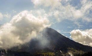 Des cendres s'échappent du volcan Turrialba au Costa Rica le 6 avril 2015
