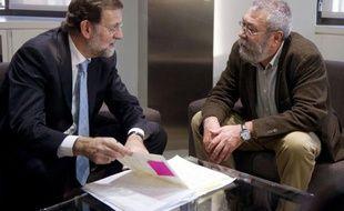 """Le prochain chef du gouvernement espagnol, le conservateur Mariano Rajoy, a demandé aux deux grands syndicats et au patronat de s'accorder """"en urgence"""", avant la deuxième semaine de janvier, sur une réforme du marché du travail pour endiguer le chômage record du pays."""