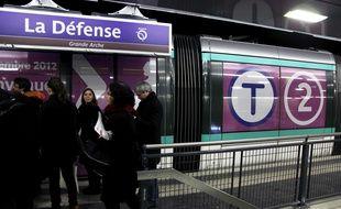 Le tramway T2 dans la gare souterraine de La Défense. (Illustration)