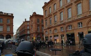 Face-à-face entre des lycéens et les forces de l'ordre sur la place du Capitole de Toulouse, le 3 décembre 2018.