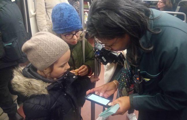 Hadrien et Diane s'initient à un jeu sur l'application RATP.