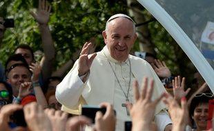 Le pape François arrive dans sa papamobile à Brzegi, près de Cracovie, le 31 juillet 2016, pour y célébrer une messe devant plus de 1,6 million de personnes