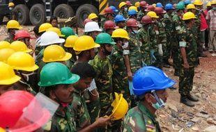 Les grues sont entrées en action lundi au Bangladesh pour déblayer les gravats d'un immeuble effondré près de Dacca mercredi, après la mort du dernier survivant de la catastrophe dans laquelle ont péri plus de 380 ouvriers du textile travaillant pour des firmes étrangères.