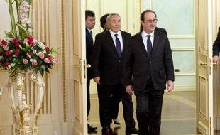 Le président François Hollande (d) et son homologue kazakh Noursoultan Nazarbaïev (g), le 5 décembre 2014 à Astana