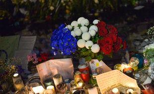 Sur la place de la République à Paris, les hommages aux 90 victimes des attentats du 13 novembre 2015 se multiplient.