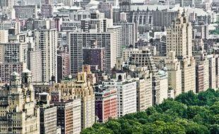 Dans le quartier de l'Upper West Side à New York, un projet immobilier prévoit d'inclure 55 logements sociaux dans un immeuble de luxe, mais avec une porte d'entrée distincte de celle des riches propriétaires.