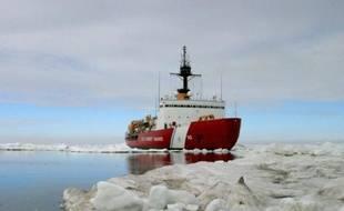 Le brise-glace américain Polar Star, photographié par les garde-côtes américains, le 3 juillet 2013 dans l'océan Arctique