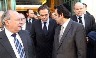 """Le ministre de l'Education nationale, Luc Chatel, a participé mardi matin à Paris, à l'école privée juive Ozar Hatorah (13e), à """"un moment de recueillement"""" avec la communauté juive, après la tuerie de lundi dans une école juive toulousaine du même nom."""